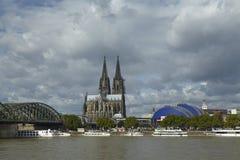Cologne - horisont med den Cologne domkyrkan Arkivbild
