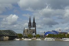 Cologne - horisont med den Cologne domkyrkan Royaltyfri Fotografi