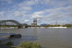 Cologne - horisont med den Cologne domkyrkan Arkivfoto