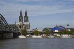 Cologne - horisont med den Cologne domkyrkan Fotografering för Bildbyråer