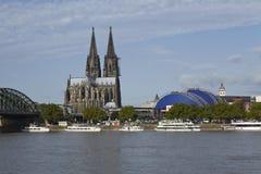Cologne - horisont med den Cologne domkyrkan Arkivbilder