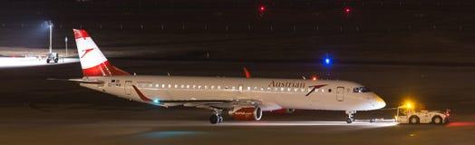 Cologne norr Rhen-Westphalia/Tyskland - 26 11 18: österrikisk luftaiplane på flygplatseau-de-cologne bonn Tyskland på natten arkivbilder