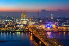 Cologne på skymning arkivfoto