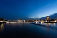 Cologne på natten Arkivbild