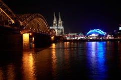 Cologne pendant la nuit images stock