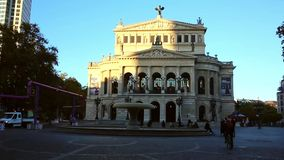 COLOGNE TYSKLAND - APRIL 30, 2015: Steadycam sikt av inre av den Cologne domkyrkan Den Cologne domkyrkan är Tyskland` s mest lager videofilmer