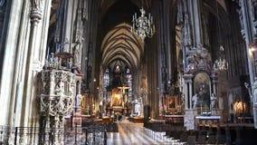 COLOGNE TYSKLAND - APRIL 30, 2015: Steadycam sikt av inre av den Cologne domkyrkan Den Cologne domkyrkan är Tyskland` s mest arkivfilmer