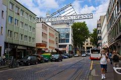 Cologne Tyskland - Augusti 13, 2011: Gurzenich shoppingstreen royaltyfri fotografi