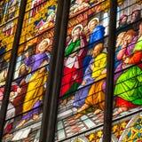 COLOGNE TYSKLAND - AUGUSTI 26: Kyrkligt fönster för målat glass med pingstdagentema i domkyrkan på Augusti 26, 2014 i Cologne Royaltyfria Foton