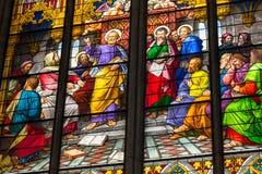 COLOGNE TYSKLAND - AUGUSTI 26: Kyrkligt fönster för målat glass med pingstdagentema i domkyrkan på Augusti 26, 2014 i Cologne Royaltyfri Bild