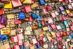 COLOGNE TYSKLAND - AUGUSTI 26, 2014, tusentals förälskelselås som älsklingar låser till den Hohenzollern bron för att symbolisera royaltyfri foto
