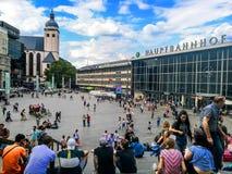 Cologne Tyskland - Juli 17th - 2018: Folk som går till och med centralstationen av Cologne i Tyskland royaltyfri foto
