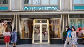 COLOGNE TYSKLAND - MAJ 31, 2018: Fasad av Louis Vuitton lager w arkivfoto