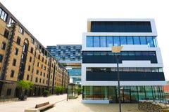 COLOGNE TYSKLAND - MAJ 31, 2018: Glass byggnader för modern affär i Cologne, Tyskland royaltyfri bild