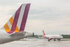 COLOGNE TYSKLAND - MAJ 12, 2014: Luft Berlin Airbus A320 på Colog Royaltyfria Bilder