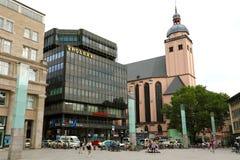 COLOGNE TYSKLAND - MAJ 31, 2018: Rolex som framme bygger av Hauptbahnhof eller huvudsaklig järnvägsstation i Cologne, Tyskland arkivfoto