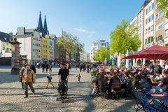 Cologne Tyskland - Maj 01, 2016: Trängt ihop av folk som äter mål a arkivfoton