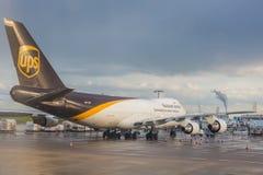 COLOGNE TYSKLAND - MAJ 12, 2014: UPS Boeing 747 på Cologne-Bonn Royaltyfri Foto