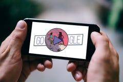 COLOGNE TYSKLAND - MARS 08, 2018: Closeup av iPhoneskärmen som visar det Google klottret på den internationella Women's dagen 2 Arkivbilder
