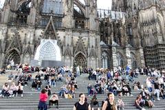 COLOGNE TYSKLAND OKTOBER 06, 2018: Gå turister på fyrkanten framme av det Cologne huset Stor dag fotografering för bildbyråer