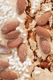Colomba, Italiaanse Pasen-cake met amandelenachtergrond Stock Afbeelding