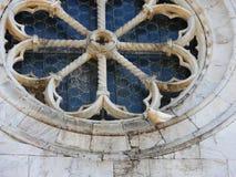 Colombe se reposant sur la vieille fenêtre rose du valdicaste roman d'église Image libre de droits
