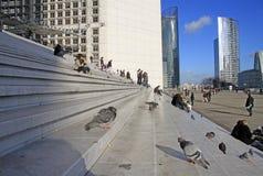 Colombes et les gens sur les escaliers du Grande Arche dans le secteur de la défense de La à Paris Photo libre de droits