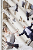 Colombes heureuses de mariée et de marié Photos stock