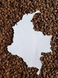 Colombia översikt i vit och bakgrund med rostade kaffebönor royaltyfri foto