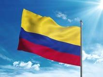 Colombia flagga som vinkar i den blåa himlen Arkivfoton