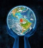 Colombia op aarde in handen Stock Afbeelding