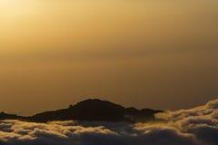 Colombia - piek in wolken bij zonsondergang Stock Afbeelding