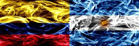 Colombia versus Argentinië, Argentijnse zij aan zij geplaatste rookvlaggen Dik gekleurde zijdeachtige rookvlaggen van Columbiaans vector illustratie