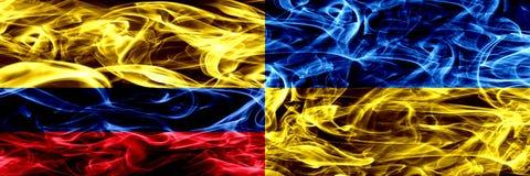 Colombia versus de Oekraïne, Oekraïense zij aan zij geplaatste rookvlaggen Dik gekleurde zijdeachtige rookvlaggen van Columbiaans royalty-vrije illustratie