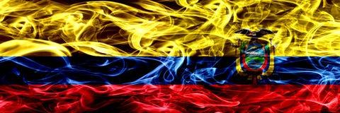Colombia versus Ecuador, Ecuatoriaanse zij aan zij geplaatste rookvlaggen Dik gekleurde zijdeachtige rookvlaggen van Columbiaans  stock illustratie