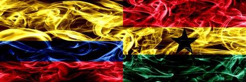Colombia versus Ghana, Ghanese zij aan zij geplaatste rookvlaggen Dik gekleurde zijdeachtige Ghanese rookvlaggen van Columbiaans  royalty-vrije illustratie