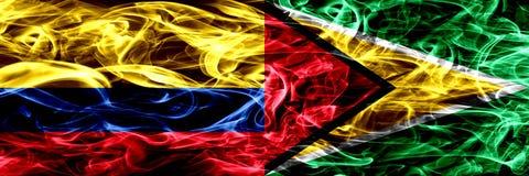 Colombia versus Guyana, Guinese zij aan zij geplaatste rookvlaggen Dik gekleurde zijdeachtige Guinese rookvlaggen van Columbiaans vector illustratie