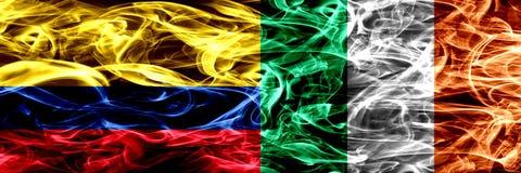 Colombia versus Ierland, Ierse zij aan zij geplaatste rookvlaggen Dik gekleurde zijdeachtige Ierse rookvlaggen van Columbiaans en vector illustratie
