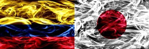 Colombia versus Japan, Japanse zij aan zij geplaatste rookvlaggen Dik gekleurde zijdeachtige Japanse rookvlaggen van Columbiaans  royalty-vrije illustratie