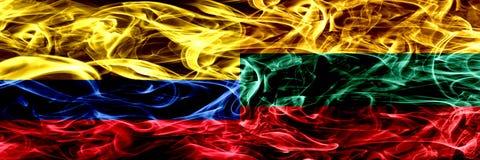 Colombia versus Litouwen, Litouwse zij aan zij geplaatste rookvlaggen Dik gekleurde zijdeachtige rookvlaggen van Columbiaans en L vector illustratie