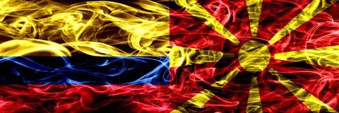 Colombia versus Macedonië, Macedonische zij aan zij geplaatste rookvlaggen Dik gekleurde zijdeachtige rookvlaggen van Columbiaans royalty-vrije illustratie