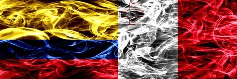 Colombia versus Malta, Maltese zij aan zij geplaatste rookvlaggen Dik gekleurde zijdeachtige Maltese rookvlaggen van Columbiaans  stock illustratie