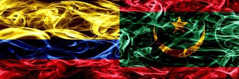 Colombia versus Mauretanië, Mauritaanse zij aan zij geplaatste rookvlaggen Dik gekleurde zijdeachtige rookvlaggen van Columbiaans royalty-vrije illustratie