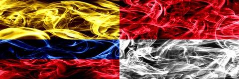 Colombia versus Monaco, Monacan-zij aan zij geplaatste rookvlaggen Dik gekleurde zijdeachtige rookvlaggen van Columbiaans en Mona royalty-vrije illustratie