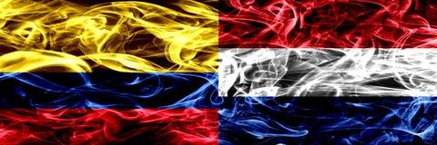 Colombia versus Nederland, Nederlandse zij aan zij geplaatste rookvlaggen Dik gekleurde zijdeachtige rookvlaggen van Columbiaans  royalty-vrije illustratie