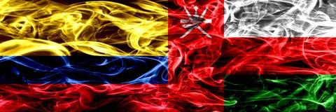 Colombia versus Oman, Omani zij aan zij geplaatste rookvlaggen Dik gekleurde zijdeachtige Omani rookvlaggen van Columbiaans en Om royalty-vrije illustratie