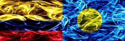 Colombia versus Palau, Palaulan-zij aan zij geplaatste rookvlaggen Dik gekleurde zijdeachtige rookvlaggen van Columbiaans en Pala royalty-vrije illustratie