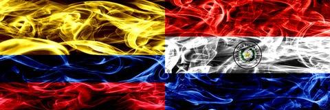 Colombia versus Paraguay, Paraguayaanse zij aan zij geplaatste rookvlaggen Dik gekleurde zijdeachtige rookvlaggen van Columbiaans royalty-vrije illustratie