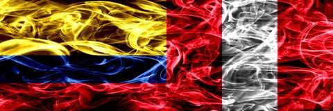 Colombia versus Peru, Peruan-zij aan zij geplaatste rookvlaggen Dik gekleurde zijdeachtige rookvlaggen van Columbiaans en Peru, P royalty-vrije illustratie