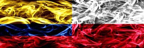 Colombia versus Polen, Poolse zij aan zij geplaatste rookvlaggen Dik gekleurde zijdeachtige Poolse rookvlaggen van Columbiaans en royalty-vrije illustratie